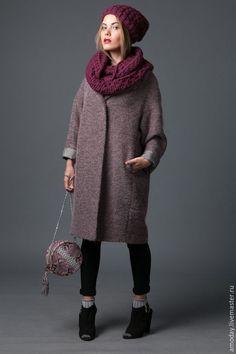 серое пальто с вязаной шапкой и шарфом