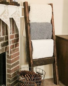 DIY wood pallet craft project ideas. Crafts made using old wood pallets: wine rack, coffee table, wall art, bed, couch, signs, and more. Ideas to repurpose wood pallets. Create crafts from old wood.
