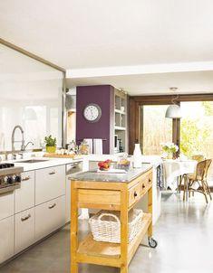 Una pequeña isla móvil  En la cocina, sirve como isla de trabajo y, junto a la mesa, puede usarse como pasaplatos y evita desplazamientos.