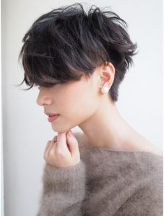 "How to style the Pixie cut? Despite what we think of short cuts , it is possible to play with his hair and to style his Pixie cut as he pleases. For a hairstyle with a ""so chic"" and pointed… Continue Reading → Love Hair, Great Hair, Pixie Haircut, Short Haircut, Short Undercut, Corte Y Color, Grunge Hair, Pixie Cut, Shaggy Pixie"