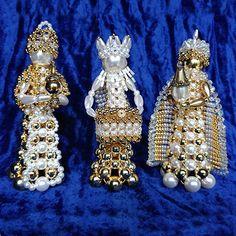 Beaded Christmas Decorations, Christmas Tree Themes, Beaded Ornaments, Holiday Ornaments, Christmas Crafts, Japanese Crochet Patterns, Safety Pin Crafts, Diy Nativity, Natal Diy