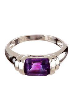 Un anillo de amatista sencillo, lo tengo idéntico a ese por un regalo que me hicieron y me parece muy lindo para el día a día.