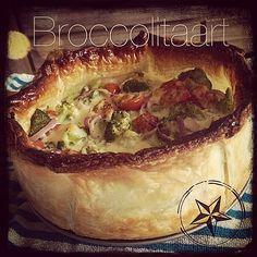 Ingrediënten voor 4 – 6 personen: - 7 plakjes bladerdeeg of hartige taart deeg - 1 flinke stronk broccoli (500gr) - 250 gr cherry tomaten - 1 rode ui - 4 eieren + 1 eidooier (voor het bestrijken) - 200 ml crème fraîche - 1 bol mozzarella - 1 tl oregano - Peper en zout  - Oven: 30 minuten op 200 graden