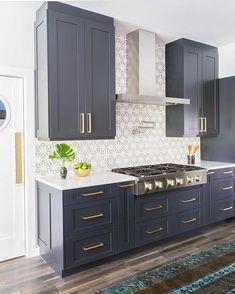 Navy Blue Kitchen Cabinets, Modern Kitchen Cabinets, Kitchen Cabinet Colors, Painting Kitchen Cabinets, New Kitchen, Kitchen Decor, Brass Kitchen, Navy Cabinets, Kitchen Counters