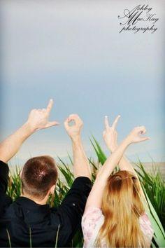 ラブラブな写真の撮り方は、こう*二人の指で作る「LOVE」ポーズの後姿ショットにきゅん♡にて紹介している画像