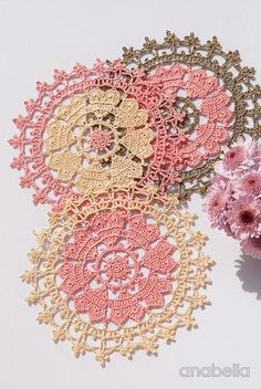 Hello dears! Here is my little Valentine's Day crochet project of this year: Crown of hearts crochet doily. They are so vintage... and also made in a run! :o) ¡Hola a todas! Os muestro mi ...