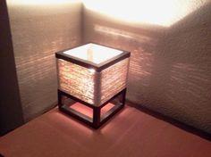lamparita mesa de noche de rafia y madera. madera de pino.,rafia. hecha a mano.,artesanal.