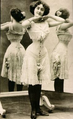 The typical arrangement of early Edwardian undergarments. based on the lingerie and corset designs. The corset cover and petticoat would be worn over this ensemble. Corset Vintage, Vintage Underwear, Victorian Corset, Vintage Lingerie, Belle Epoque, Historical Costume, Historical Clothing, Edwardian Fashion, Vintage Fashion