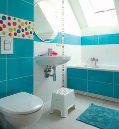 salle de bain turquoise, deco blanc, miroir rond, accessoire salle de bain