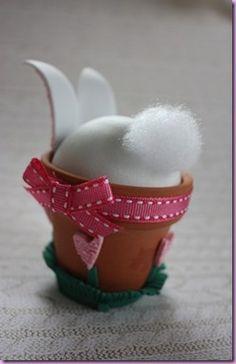 Un adorable lapin décoratif pour décorer une table de Pâques.