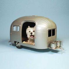 Caravan als hondenmand. Deze caravan voor je hond of kat is gemaakt van rvs. Straight Line Designs Inc.