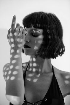 Medium Hair Styles, Short Hair Styles, Shadow Portraits, Shotting Photo, Photographie Portrait Inspiration, Spanish Actress, Portrait Photography Poses, Woman Face, Black And White Photography