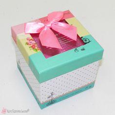 τετράγωνο χάρτινο κουτί με παράθυρο και ροζ φιόγκο Decorative Boxes, Bows, Home Decor, Arches, Decoration Home, Room Decor, Bowties, Home Interior Design, Decorative Storage Boxes