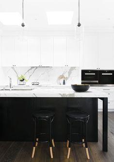 cuisine noire et blanche : îlot avec plan de travail en marbre