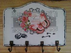 Porta chaves feito em mdf de 9 mm,com bordas tupiada.  Mede 21 cm de largura x 15 cm de altura  Peça pintada em estilo vintage, com aplicação de transferência de imagem e ganchos em metal com pintura envelhecida. R$ 27,50