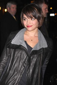 My hair is neither thick nor curly like Norah Jones' ... but I love this take on the basic bob. Need to shear my hair soon.