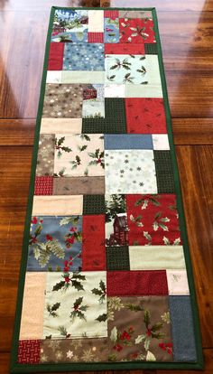 Quilted Table Runners Christmas, Patchwork Table Runner, Christmas Runner, Table Runner And Placemats, Christmas Quilting, Quilt Table Runners, Xmas Table Runners, Quilted Christmas Gifts, Christmas Ideas