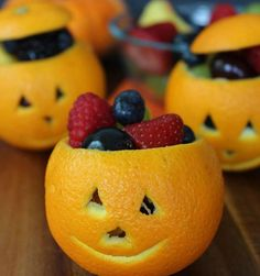 Orange Jack-O-Lantern Fruit Cups – Healthy Treat Bowls - perfect for Halloween and even carry to Thanksgiving with no faces. Kids Snack Idea on Frugal Coupon Living. Halloween Infantil, Halloween Bebes, Adornos Halloween, Halloween Treats For Kids, Halloween Baking, Halloween Desserts, Halloween Food Recipes, Halloween Saludable, Comida De Halloween Ideas