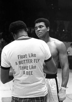 George Foreman et Muhammad Ali lors du combat « dans la jungle Muhammad Ali Boxing, Muhammad Ali Quotes, Muhammad Ali Fights, Citation Mohamed Ali, Sports Illustrated, Boxe Fight, Citations Sport, Messi Gif, Motivational Quotes For Athletes