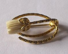 VINTAGE 50S GOLD TONE CREAM CARVED CELLULOID TULIP FLOWER BROOCH