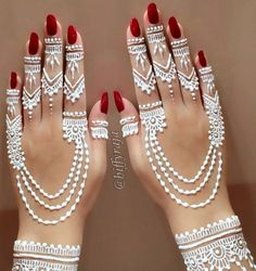 White henna is gaining popularity in the West. Especially with those with darker skin tones White henna is gaining popularity in the West. Especially with those with darker skin tones Henna Tattoos, Henna Inspired Tattoos, Henna Tattoo Hand, Foot Henna, Henna Tattoo Designs, Henna Mehndi, Henna Art, Pretty Henna Designs, Unique Mehndi Designs