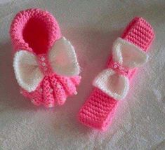 Rosa Stiefel und Stirnband - Knitting Models the to Always aspired to discover. Baby Knitting Patterns, Baby Booties Knitting Pattern, Knitted Booties, Crochet Baby Booties, Crochet Slippers, Knitting Socks, Knit Crochet, Crochet Patterns, Baby Slippers