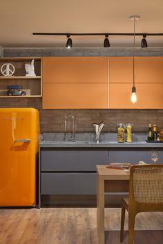Cozinha laranja e cinza apartamento do solteiro loft