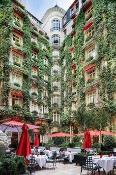 Cour du Plaza  Athénée rue Montaigne Paris 16e