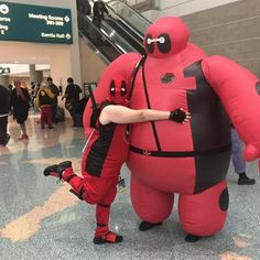 With one of the #biggest #hugs at @stanleecomiccon from @bigbad_mjlover in her #deadpool #cosplay #baymax #deadpoolbaymax #cosplayer #baypool #costume #ladydeadpool