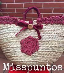 Risultati immagini per capazos decorados con crochet Crochet Crafts, Yarn Crafts, Crochet Projects, Free Crochet, Hippie Bags, Straw Handbags, Diy Handbag, Creation Couture, Knitted Bags