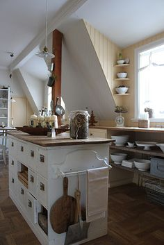 Love the corner shelves and the kitchen island