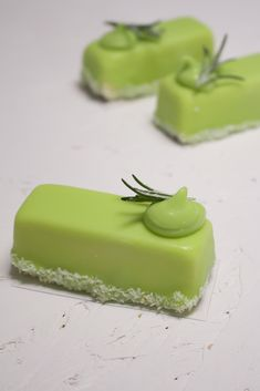 Lime and rosemary mousse – Madalina Pometescu – Sweet and savory recipes Source by Gourmet Desserts, Mini Desserts, Easy Desserts, Dessert Recipes, Modern Cakes, Beautiful Birthday Cakes, Individual Cakes, French Desserts, Cupcakes