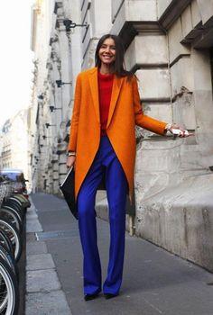 Conjunto abrigo naranja, jersey rojo, pantalones azul eléctrico, tacones negros y bolso negro | Mis conjuntos