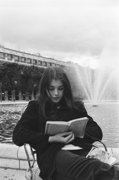 Isabelle Adjani - photo by Jean-Claude Deutsch - 1973 Isabelle Adjani, Girl Reading, Reading Art, Reading Books, Book Photography, White Photography, Photography Women, Lonely Girl Photography, Photography Aesthetic