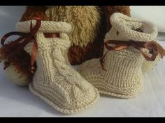 Botas de bebés y niños en dos agujas / 3 tutoriales | Crochet y Dos agujas - Patrones de tejido Knitted Booties, Knit Shoes, Baby Booties, Baby Shoes, Baby Knitting, Crochet Baby, Knit Crochet, Knit Baby Dress, Baby Slippers