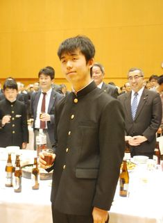 史上最年少の14歳2カ月で将棋のプロ棋士になった瀬戸市の中学生、藤井聡太さん(14)を励ます「新四段を祝う会」が19日、地元の同市栄町の「パルティせと」であった。昨年10月にプロになって以来、無敗の6連勝中とあって、会場では早くも「後援会の結成を」の声が出ていた。