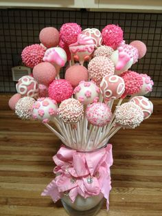 Common Girl on Baby shower cake pop bouquet by Susan Oliver Baby Shower Kuchen, Idee Baby Shower, Baby Shower Treats, Baby Shower Cake Pops, Baby Shower Desserts, Babyshower Dessert Table, Simple Baby Shower Cakes, Pink Dessert Tables, Dessert Cups