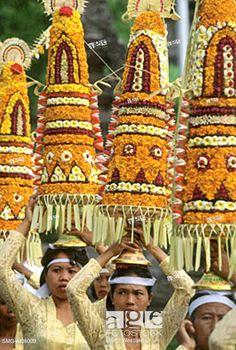 Stock Photo: Indonesia, Bali, Gianyar, Pengastian ceremony, women carrying offerings. (grainy).