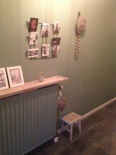 Gang kleur op de muur en verwarming Cassave. Steigerhoutenplank boven verwarming.