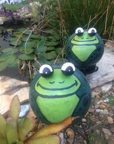 Bowling Ball Frogs | The WHOot Golf Ball Crafts, Bowling Pins, Bowling Ball Art, Outdoor Crafts, Outdoor Art, Garden Art, Garden Crafts, Lawn And Garden, Frogs