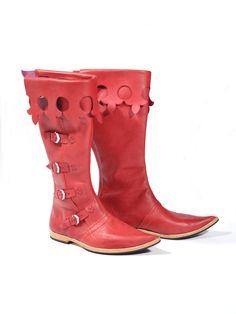 Historische Stiefel um das Jahr 1350 - 1500.Die Schuhledersohle ist 1 cm dick, mit Lederschuhabsatz, mit dünnem Gummi untergeklebt. . Die ganzen Schuhe sind sonst aus geglätteten Rinderleder mit einer Stärke von 2,5 - 3 mm, mit der Schustermaschine genäht. An diesem Schuhen sind 5 Schnallen aus messingfarbenen Guss.Die Schuhspitzen sind 5 cm lang, nach oben geformt. http://www.sattlerei.cz