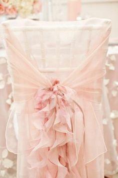housse de chaise jetable pas cher en voilage rose et un ruban rose