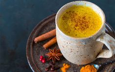 Do you suffer from joint pain and inflammation? Then you're in the right place! This delicious golden milk turmeric latte is the perfect anti-inflammatory Turmeric Drink, Organic Turmeric, Curcuma Latte, Natural Antifungal, Turmeric Supplement, Candida Diet, Pumpkin Spice Latte, Milk Recipes, Healthy Drinks
