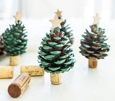 Alberello di Natale con pigne e tappi di sughero Christmas Carol, Christmas Crafts, Christmas Decorations, Xmas, Cork Crafts, Diy Crafts, Diy Tutorial, Crafts For Kids, Place Card Holders