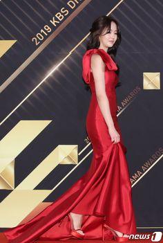 Kim so hyun at Kim So Hyun Fashion, Kim Sohyun, Show Photos, Bts Jungkook, Awards, Formal Dresses, Beautiful, Maquiagem, Formal Gowns
