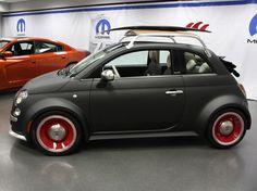 La Fiat 500 est construite et vendue aux États-Unis depuis 2010, marquant ainsi le grand retour du constructeur Italien sur le continent nord-Américain. Pour aider à promouvoir sa petite voiture, Fiat décide d'utiliser la branche spécifique Mopar, fraîchement acquise via Chrysler, pour personnaliser