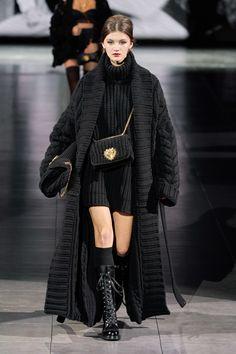 Dolce & Gabbana Fall 2020 Ready-to-Wear Collection - Vogue Knitwear Fashion, Knit Fashion, Fashion Looks, Couture Fashion, Paris Fashion, Runway Fashion, Fashion Trends, Dolce & Gabbana, Winter Fashion Outfits