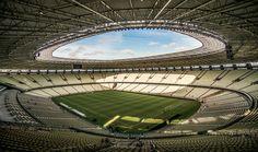 Estádio Plácido Aderaldo Castelo w Fortalezie. Stadion ten może pomieścić 67 tysięcy widzów, chociaż rekord pojemności podczas piłkarskich zmagań zanotował w 1980 roku podczas meczu Brazylia - Urugwaj. Liczba kibiców wyniosła wtedy ponad 118 tysięcy. Ale to nie koniec, ponieważ największy rekord padł podczas wizyty Jana Pawła II. W tym samym, 1980 roku, na stadionie pojawiło się prawie 120 tysięcy ludzi.  Zdjęcie: http://tiny.pl/q8k3v