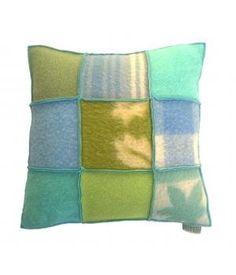 Kussen met een hoes van wollen dekens in groen, aqua en blauwe kleuren. De hoes sluit met een knoopsluiting aan de achterzijde en is wasbaar op wolwasprogramma. Prijs is inclusief stevig binnnenkussen. Ook op bestelling in andere kleuren te maken...