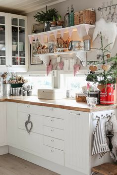 Over the years, many people have found a traditional country kitchen design is just what they desire so they feel more at home in their kitchen. Cozy Kitchen, Country Kitchen, New Kitchen, Vintage Kitchen, Kitchen Decor, Kitchen Ideas, Swedish Kitchen, Kitchen Display, Cottage Kitchens
